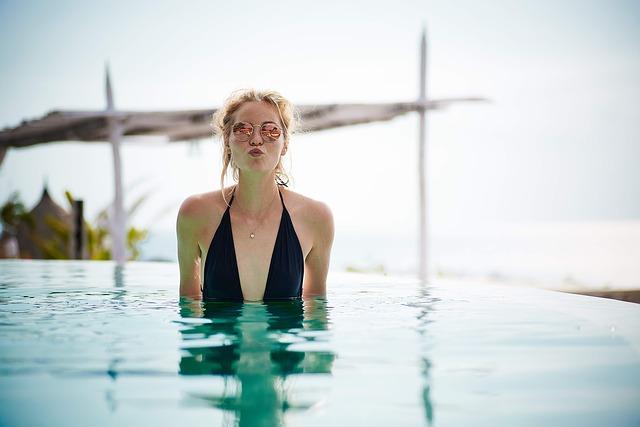 děvče v bazénu.jpg