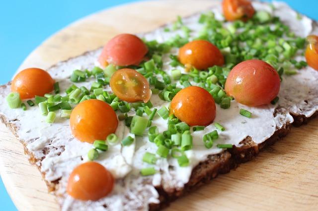 Pomazánka natřená na celozrnném chlebu.jpg